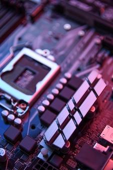 Разъем центрального процессора компьютера на материнской плате и электронных компонентах памяти процессора и графического процессора и различных разъемов для видеокарты крупным планом