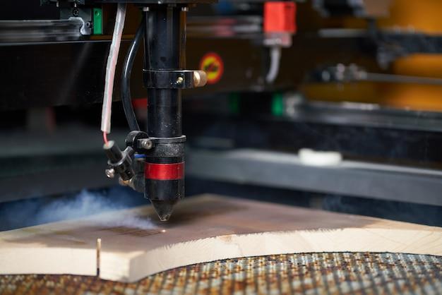 작업장에서 나무 보드에 컴퓨터 cnc 기계 prerent