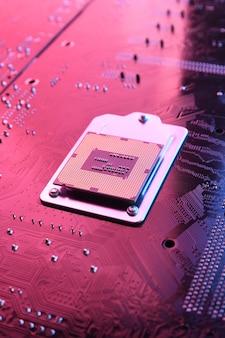 回路基板上のコンピュータcpuプロセッサチップ、マザーボードの背景。閉じる。赤青の照明付き。