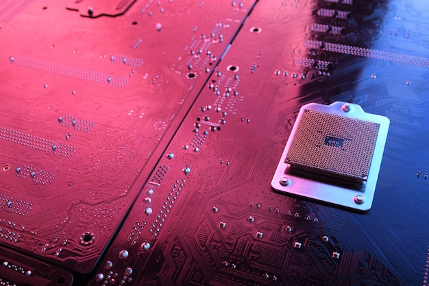 Компьютерная микросхема процессора на плате, материнская плата. крупный план. с красно-синим освещением