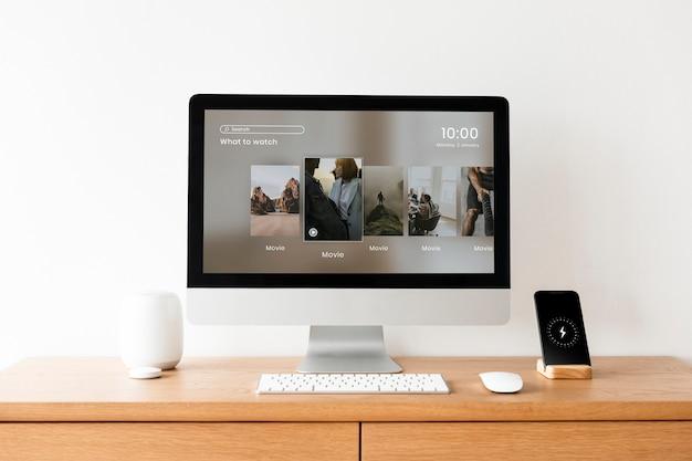 Экран рабочего стола компьютера на столе