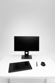 机の上のコンピューターのディスプレイ。写真レタッチツールを備えたデスクトップコンピューター。現代の創造的な写真家またはデザイナーのワークスペース