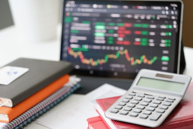 Дисплей компьютера с абстрактным финансовым графиком, финансовым и торговым концептом