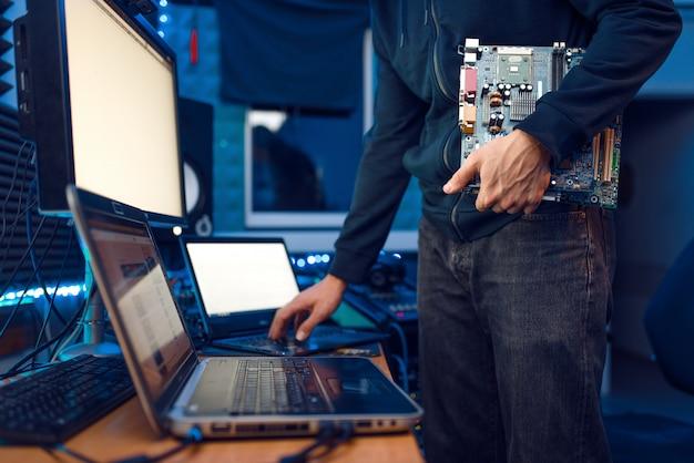 Инженер-компьютерщик проводит материнскую плату пк, обслуживание сетевого оборудования. it-менеджер на рабочем месте, профессиональная безопасность бизнеса