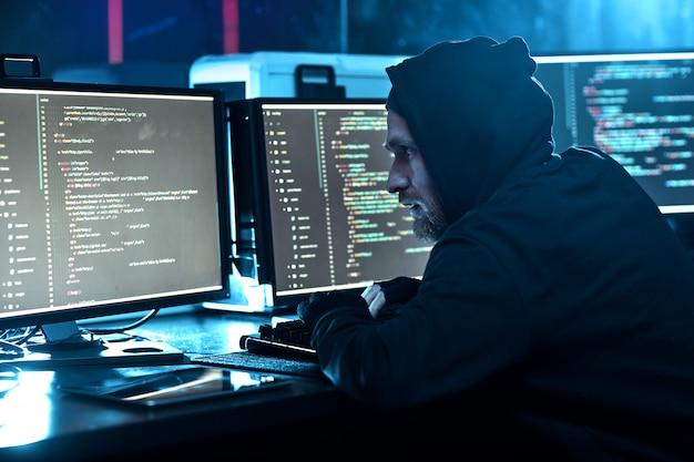 Компьютерный хакер взломал программное обеспечение