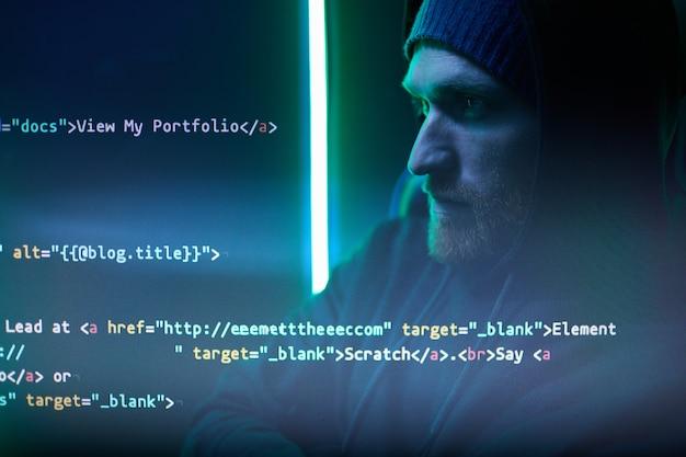 Компьютерный хакер читает символы