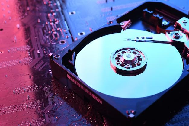 コンピューターのハードディスクドライブhdd、回路基板上のssd、マザーボードの背景