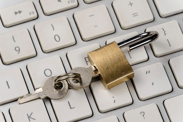 Концепция безопасности компьютера / интернета с замком на клавиатуре
