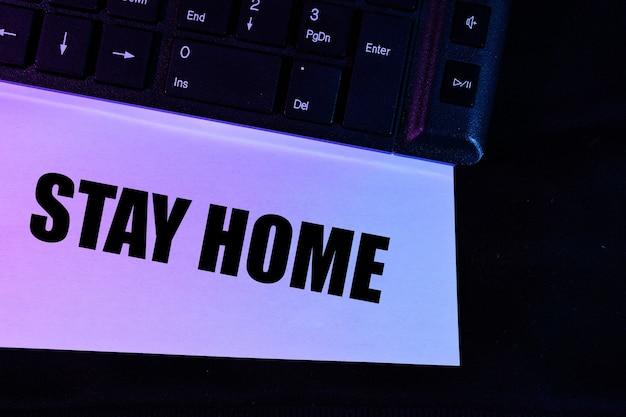 Компьютерная клавиатура в розово-синем цвете с надписью stay home