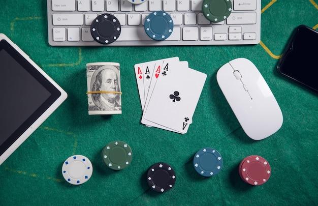 コンピューターのキーボード、お金、マウス、トランプ、チップ。オンラインカジノ