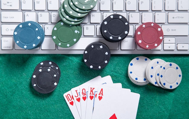 Компьютерная клавиатура, игральные карты и фишки. интернет-казино