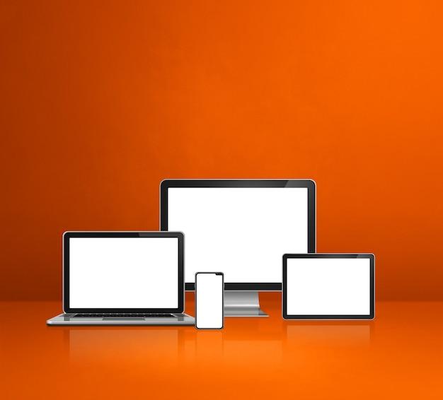 Компьютер, ноутбук, мобильный телефон и цифровой планшетный пк - оранжевый фон офисного стола. 3d иллюстрации
