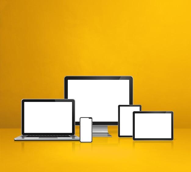 Компьютер, ноутбук, мобильный телефон и цифровой планшетный пк - желтый фон офисного стола. 3d иллюстрации