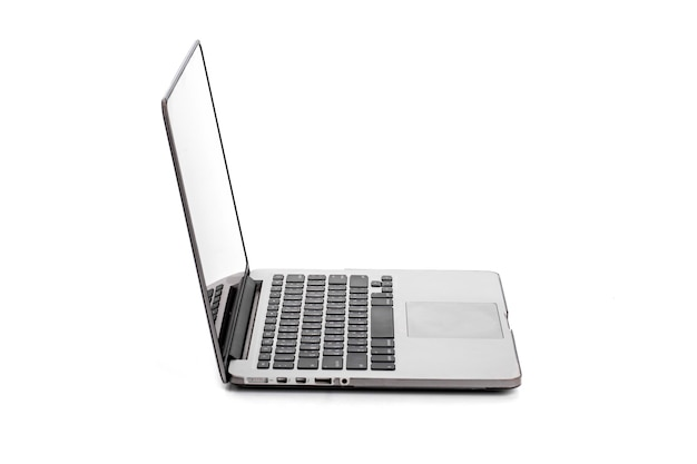 白で隔離される空白の画面とコンピュータのラップトップ
