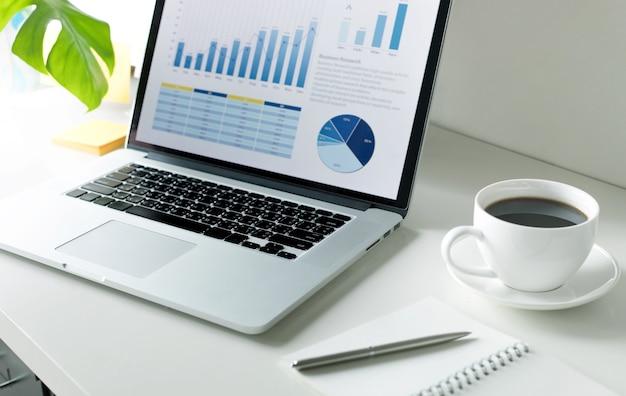 작업 테이블에 그래프 차트와 컴퓨터 노트북