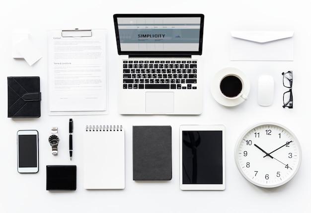 흰색으로 격리된 사무용 문구가 있는 컴퓨터 노트북