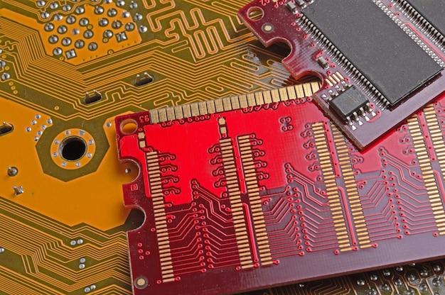 コンピュータのメモリチップはマザーボード上にあります