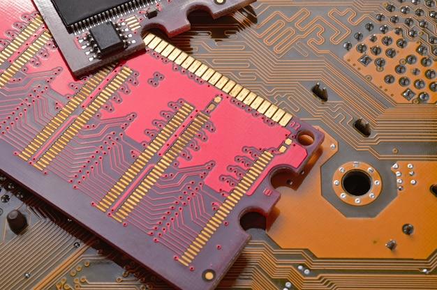 Микросхемы памяти компьютера лежат на материнской плате