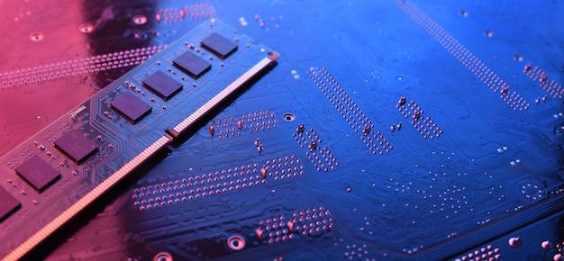 Оперативная память компьютера на фоне материнской платы схемы