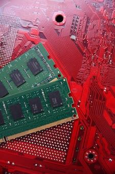 Ram памяти компьютера на фоне материнской платы. закройте вверх. система, основная память, оперативная память, бортовая, компьютерная деталь. компоненты компьютера. ddr3. ddr4. ddr5