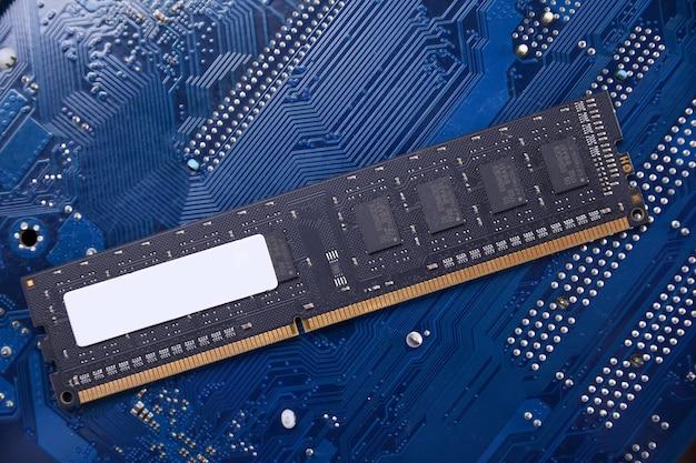 マザーボードの背景にコンピューターのメモリram