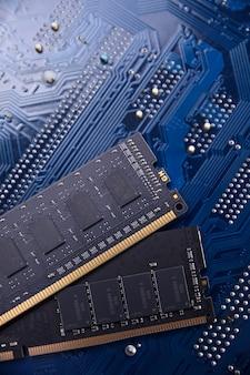 Оперативная память компьютера на материнской плате. закройте система, оперативная память, оперативная память, бортовая, компьютерная деталь. компьютерные комплектующие. ddr3. ddr4. ddr5