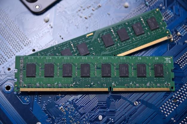 Оперативная память компьютера на материнской плате. закройте вверх. система, основная память, оперативная память, бортовая, компьютерная деталь. компоненты компьютера. ddr3. ddr4. ddr5