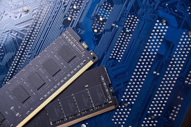 Оперативная память компьютера на поверхности материнской платы