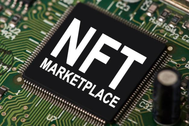 Компьютерный микропроцессор с текстом nft marketplace крупным планом, вид процессора