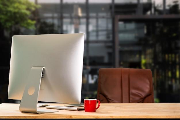 컴퓨터 모니터, 키보드, 책상에 커피 컵