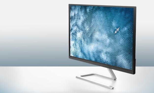 Компьютерный монитор с фотографией моря на белой поверхности