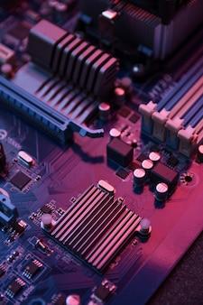 Материнская плата компьютера и электронные компоненты памяти процессора и графического процессора и различные разъемы для видеокарты крупным планом
