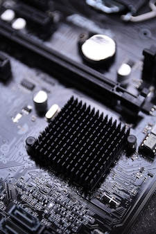 Компьютерная материнская плата и электронные компоненты процессора gpu памяти и различные разъемы для видеокарты крупным планом