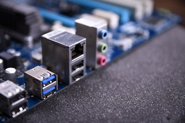 Материнская плата компьютера и электронные компоненты процессора, памяти gpu и различные разъемы для видеокарты