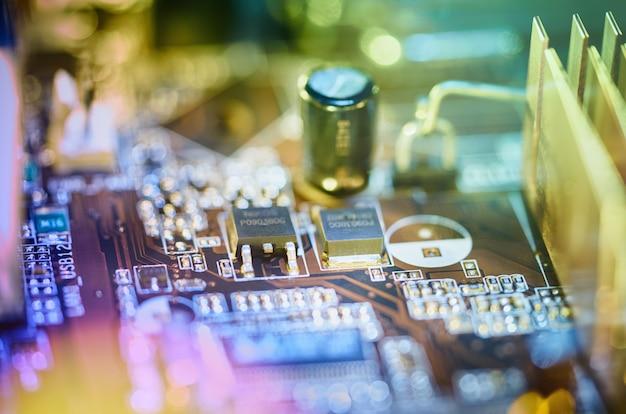 コンピューターマザーボードの背景ぼかしネオン多色グロー、緑、青