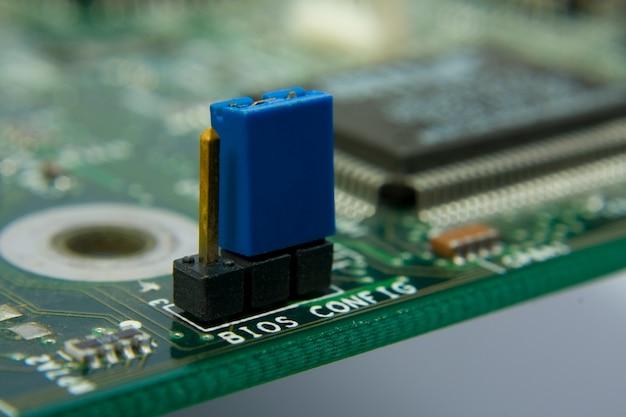 コンピュータのマザーボード回路。中央のジャンパーbios構成