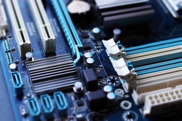 チルトシフトスタイルのコンピュータマザーボードのクローズアップ。コンピュータ機器の修理、組み立て、システムユニットのアップグレード。セレクティブフォーカス、デフォーカス