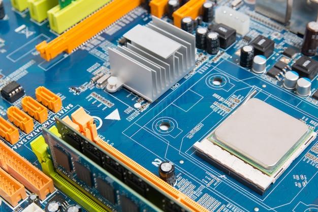 전자 컴퓨터 칩이 장착 된 컴퓨터 마더 보드