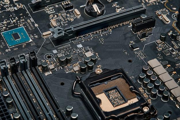 マイクロ回路を備えたコンピュータのマザーボード、クローズアップ。