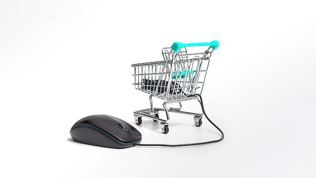 Компьютерная мышь и корзина, изолированные на белом фоне, концепция интернет-покупок