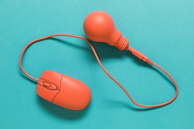 電球に接続されたコンピューターのマウス