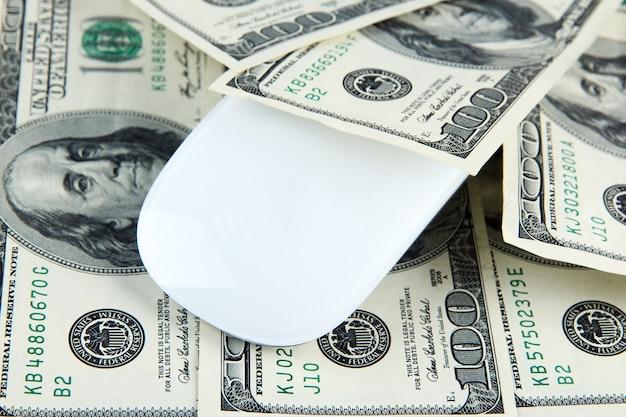 ドルのコンピュータのマウスをクローズアップ