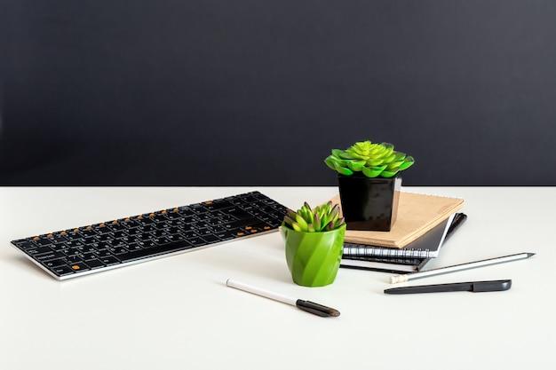 컴퓨터 메모장 즙이 많은 꽃. 홈 오피스 직장에서 키보드 문구입니다. 홈 오피스 테이블