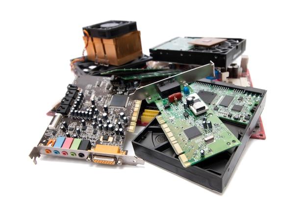 白い背景の上のコンピューター部品