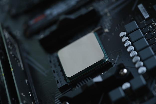 シルバーのコンピュータプロセッサがマザーボードのクローズアップにインストールされています