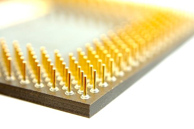 白で隔離されるコンピュータプロセッサのピン