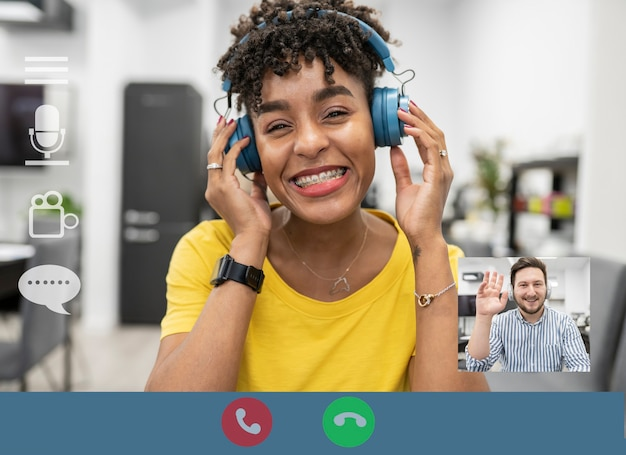 ビデオ通話の応答で若いアフロアフリカの女性とミニチュア画面で男性とコンピュータ画面
