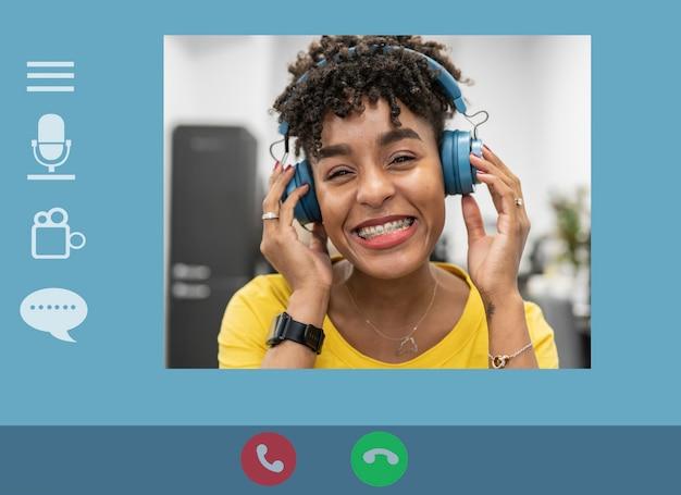 ビデオ通話の応答で若いアフロアフリカの女性とコンピュータ画面