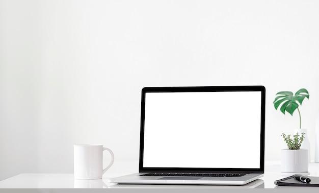 흰색 테이블에 빈 화면 및 장식 개체와 컴퓨터