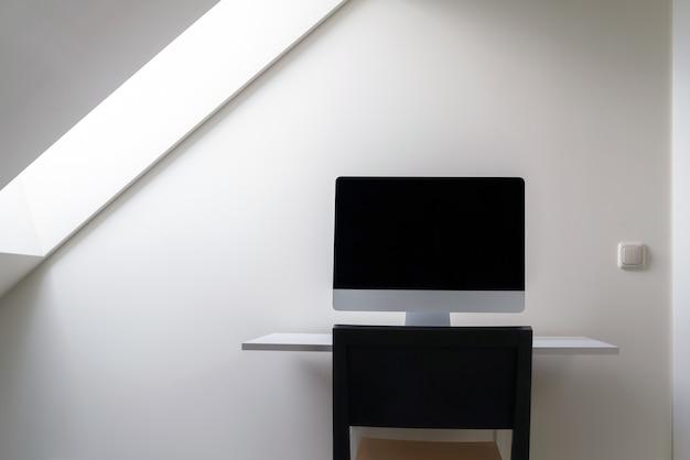 Компьютер с пустым экраном на столе в домашнем офисе. работать из дома.